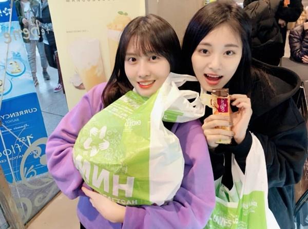 Momo và Tzuyu rủ nhau đi siêu thị, tưng bừng shopping.