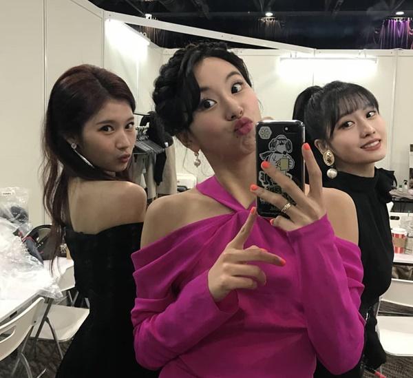 Chae Young làm mặt siêu hài với Sana và Momo làm nền.