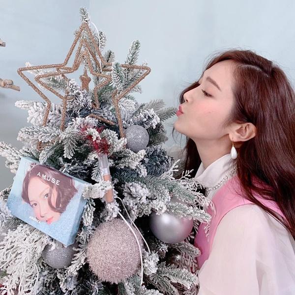Jessica pose hình lãng mạn với cây thông Noel.