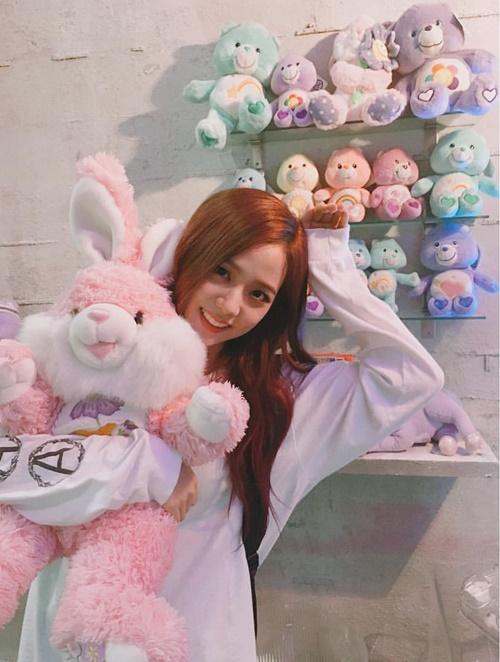 Ji Soo đáng yêu như chú thỏ bông trong vòng tay.