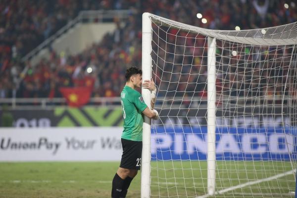 Văn Lâm lặng người ôm cầu môn khi Việt Nam vô địch gây chú ý.