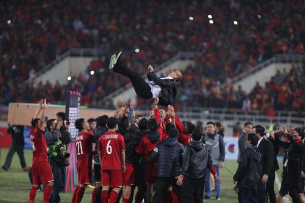 HLV Park Hang-seo được các học trò tung lên ăn mừng chiến thắng.