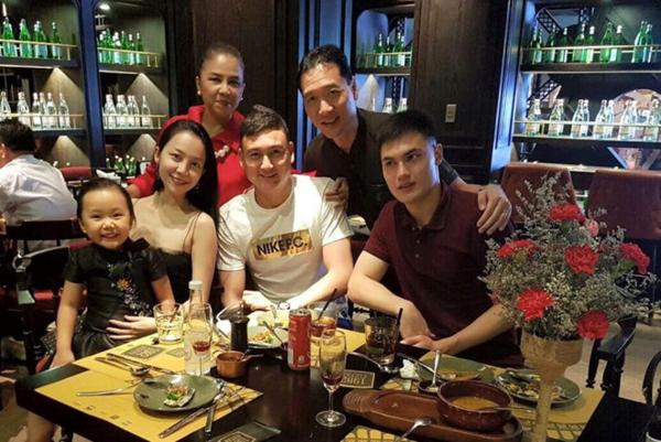 Lâm Tây chụp hình cùng chị họ Linh Nga (thứ hai từ trái sang) và bác ruột NSND Đặng Hùng (thứ hai từ phải sang).