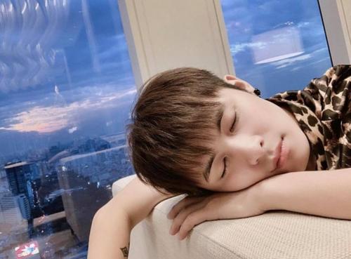 Gin Tuấn Kiệt khoe gương mặt đáng yêu khi ngủ khiến fan bấn loạn.