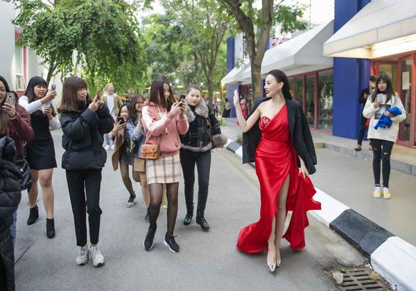 Khoảng 16h chiều, Phương Oanh vội vã thay trang phục đỏ sexy của NTK Audrey Hiếu Nguyễn để đến Đại học Thăng Long chuẩn bị cho việc làm MC lễ kỷ kiệm 30 năm thành lập của trường. Vừa  đến sân trường, cô bước đi trong sự trầm trồ của các sinh viên.