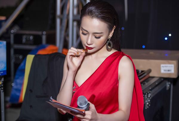Lịch trình một ngày quá bận rộn khiến Phương Oanh không đủ thời gian ăn uống, ngủ nghỉ. Đến sự kiện thứ ba trong ngày, cô phải ngậm sâm để có sức dẫn chương trình suốt 2 tiếng.
