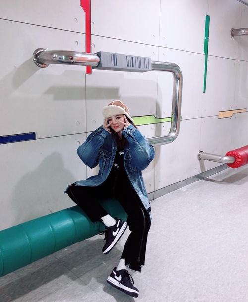 Dara có kiểu ngồi pose dáng như đàn ông.