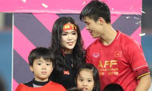 Giây phút mừng chiến thắng của cầu thủ Việt bên bố mẹ và bạn gái