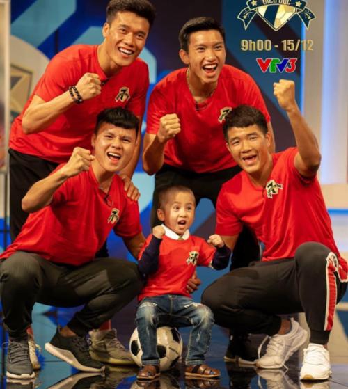 Em út Văn Hậu tri ân đặc biệt đến cậu bé Tôm  cậu bé bị ung thư não. Bức ảnh được chụp buổi sáng trước khi trận Chung kết lượt về AFF Cup 2018 diễn ra - đã truyền động lực cho Văn Hậu và các cầu thủ.