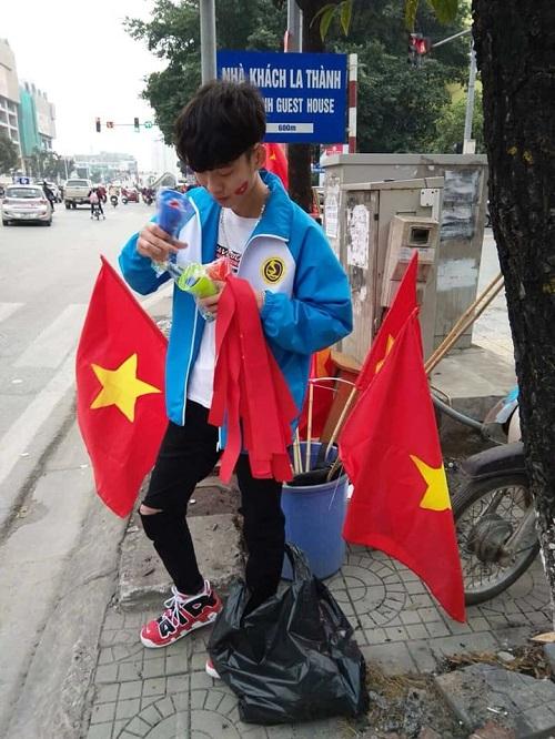 Một trong những nhân vật cũng gây sốt mạng xã hội hôm qua là hot boy bán cờ - Lê Xuân Trường. Anh chàng hiện là sinh viên trường Đại học Giao thông Vận Tải.