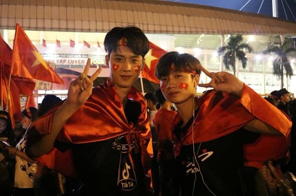 Lương Trung Anh (bên trái) cũng là một hot boy khiến chị em đổ rầm trong lần đi bão vừa qua. Anh chàng sinh năm 1996, đang là một gương mặt nổi tiếng trong cộng đồng Tik Tok Việt Nam.