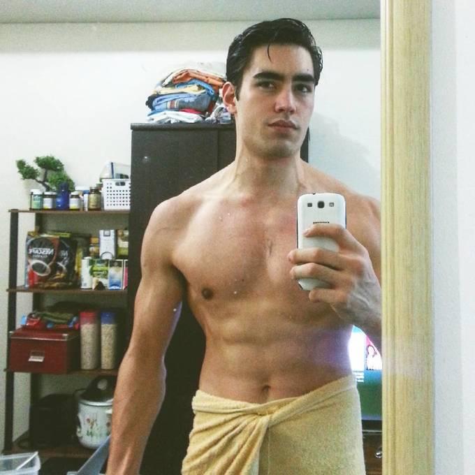 <p> Trang Instagram cá nhân của nam người mẫu cũng thu hút gần 120 nghìn lượt theo dõi.</p>