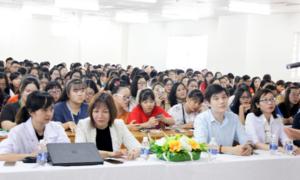 Hàng trăm sinh viên Hutech dự hội thảo bảo vệ sức khỏe