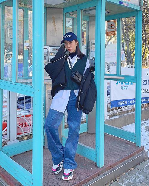 Diệu Nhi diện cả cây đồ sporty ngầu chẳng kém con gái Hàn Quốc.