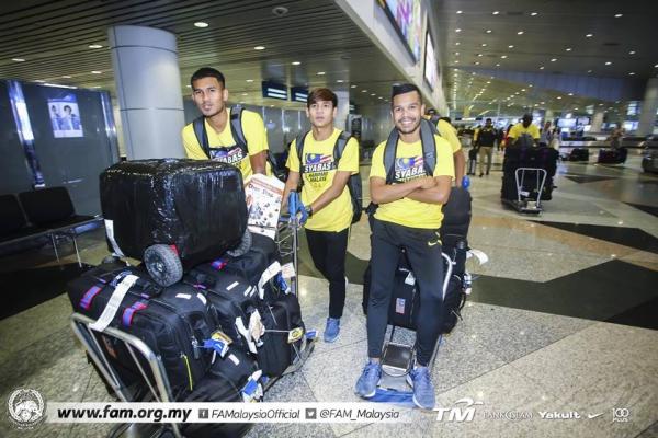 Tuyển Malaysia được CĐV chào đón như người hùng ngày trở về dù thua cuộc - 1