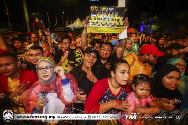 Tuyển Malaysia được CĐV chào đón như người hùng ngày trở về dù thua cuộc - 2