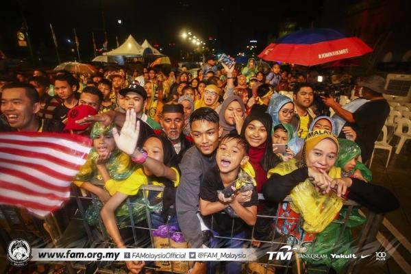 Tuyển Malaysia được CĐV chào đón như người hùng ngày trở về dù thua cuộc - 3