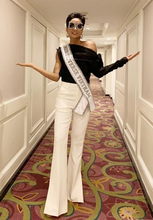 Với tiêu chí nổi bật ngay từ lúc ban đầu, trong ngày đầu tiên ở Miss Universe 2018, HHen Niê nhanh chóng nhập cuộc với vẻ ngoài khác biệt. Một số ý kiến cho rằng đại diện Việt Nam có phần làm quá, một số lại khen ngợi sự tự tin của HHen Niê.