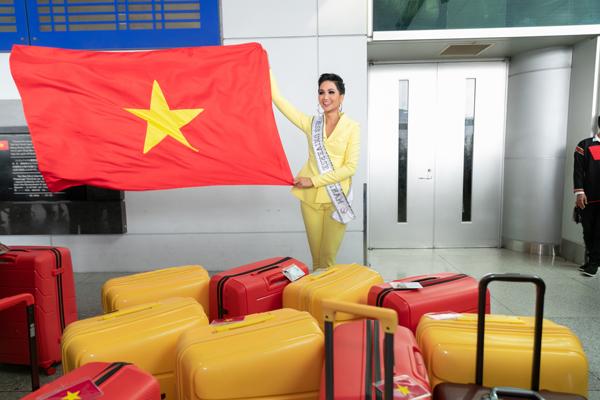 Sáng 29/11, HHen Niê có mặt ở sân bay Tân Sơn Nhất để sang Bangkok tham dự Miss Universe 2018.