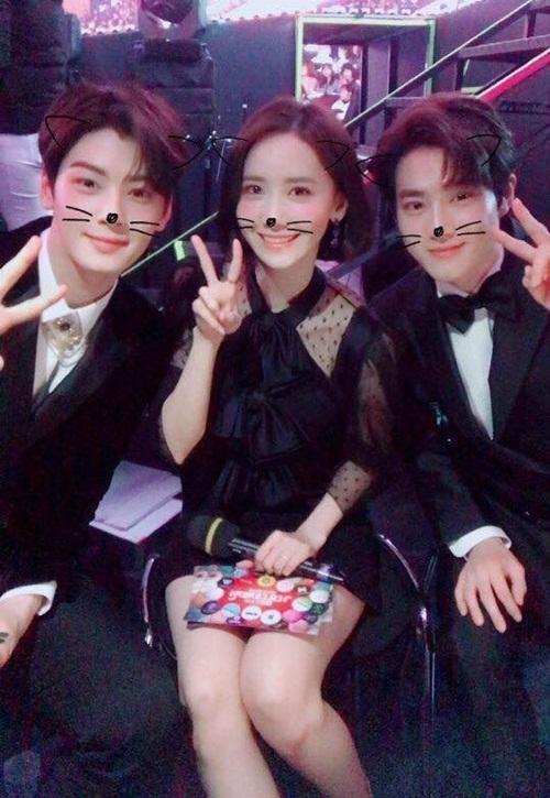 Năm 2017, Yoon Ah cùng Cha Eun Woo (bên trái) và Suho tạo thành bộ 3 MC có nhan sắc khủng ở MBC Gayo Daejejun.