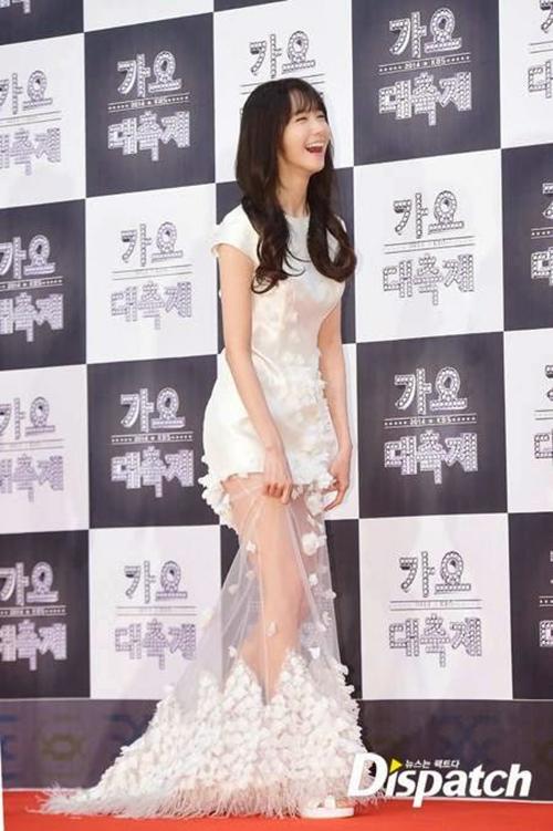 Yoon Ah vừa là MC vừa là nghệ sĩ biểu diễn ở KBS Gayo Daejun 2014. Chiếc váy xuyên thấu giúp nữ ca sĩ khoe đôi chân thon nhưng cũng gây khó khăn khi di chuyển.