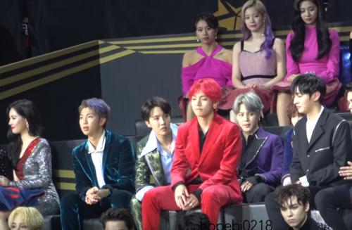 V trông khá lúng túng khi ngồi hàng ghế khác các thành viên BTS.