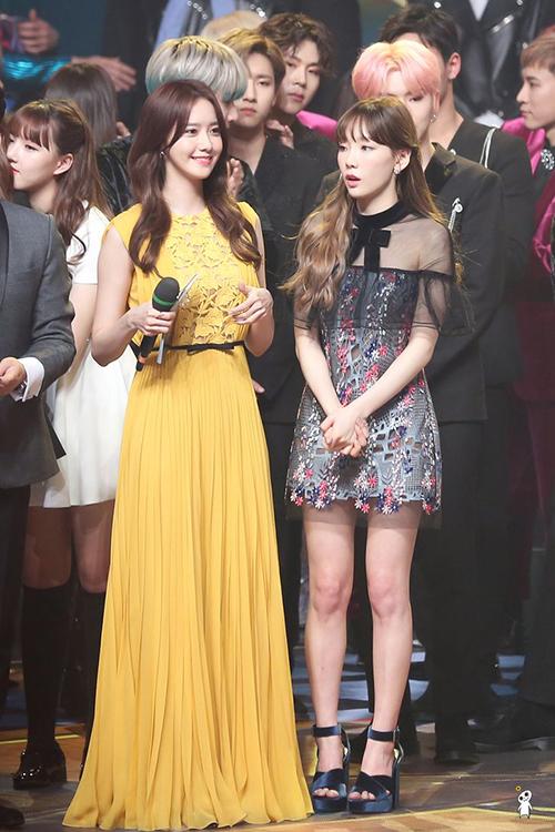 Yoon Ah đứng cùng Tae Yeon ở phần cuối chương trình.