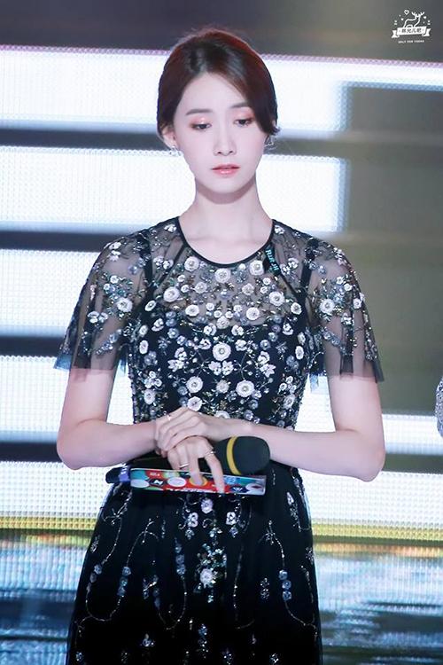 Đứng cùng các đàn em mới nổi, Yoon Ah không hề lộ dấu hiệu tuổi tác mà ngày càng khí chất, xinh đẹp. Không chỉ làm MC show âm nhạc, thành viên SNSD còn được mời dẫn chương trình các lễ trao giải phim lớn, festival. Yoon Ah luôn là MC đắt show nhất mùa lễ hội cuối năm.