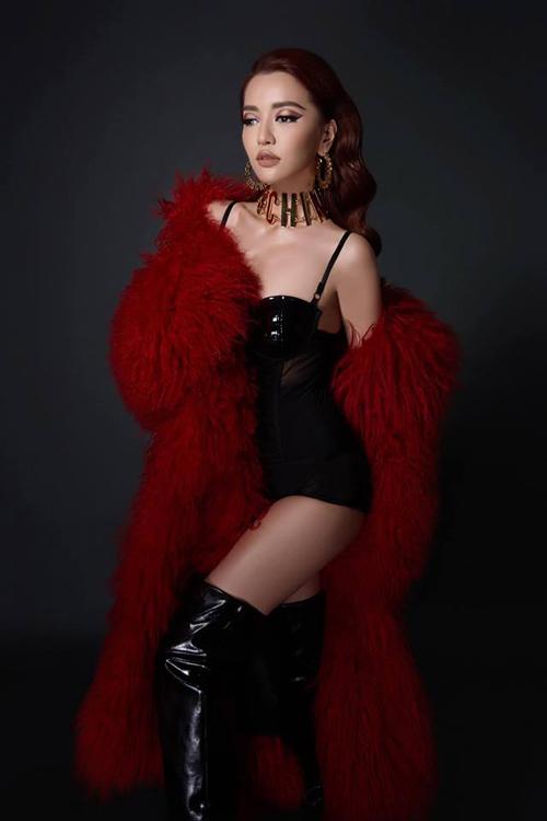 Bích Phương ngày càng sexy táo bạo sau khi đổi từ phong cách công chúa vintage sang trưởng thành.