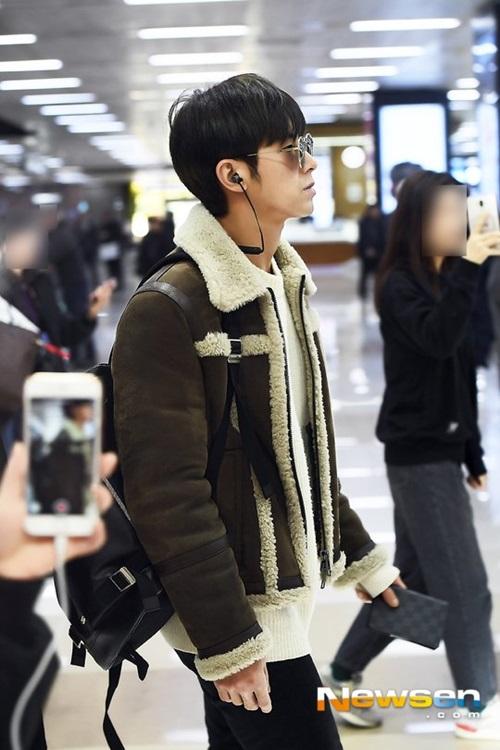Bức ảnh Yun Ho đi ở sân bay cũng giống như ảnh tạp chí.