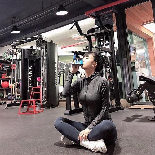Bomi( Apink) chăm chỉ tập gym giữ dáng, khoe vẻ khỏe khoắn.