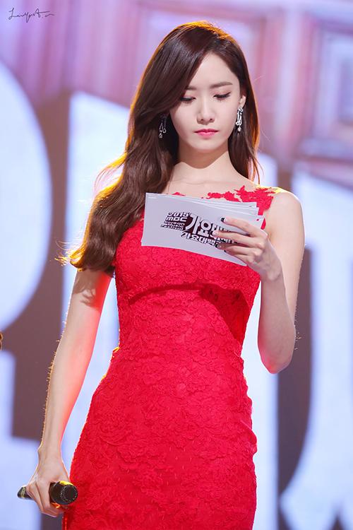 Không chỉ dẫn chương trình giỏi, hình thể quyến rũ của Yoon Ah cũng trở thành đề tài hot trên các forum Kpop.