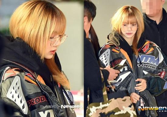 Ngày 17/12, Black Pink xuất hiện ở sân bay và điều khiến mọi người chú ý là cả 4 thành viên đều trang điểm rất nhạt hoặc để mặt mộc. Lisa không thay đổi nhiều so với khi lên sân khấu. Em út vẫn trung thành với những kiểu áo khoác rộng, in chữ cá tính.