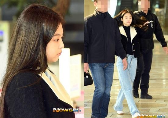 Khuôn mặt sưng phù, đầy mệt mỏi của Jennie khiến nhiều người thất vong. Khi không lên đồ cầu kỳ ra sân bay, cô nàng thường xuyên lộ nhược điểm chân một mẩu.