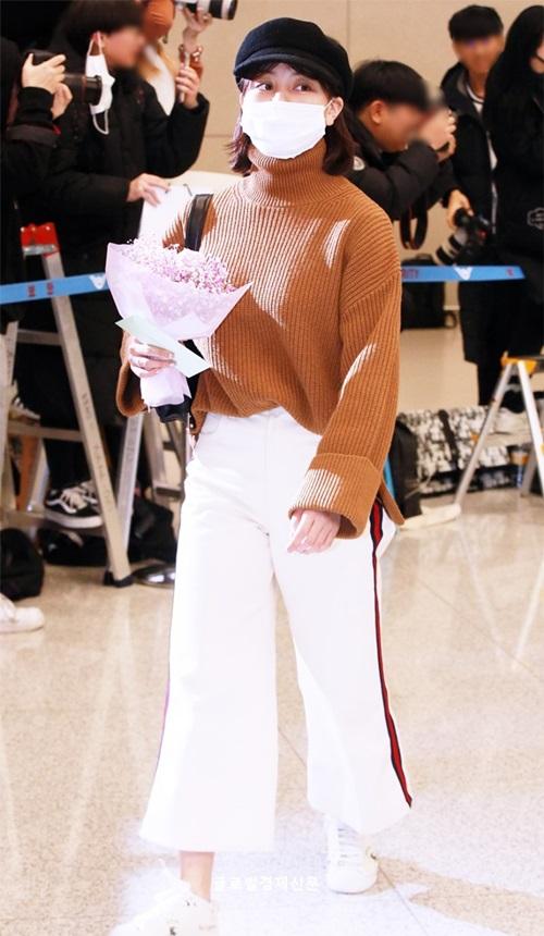 Kiểu quần ống loe, phong cách thể thao giúp Ji Hyo thoải mái khi trải qua chuyến bay dài. Mũ baker vẫn chứng minh sức hút ở Hàn, được nhiều ngôi sao ưa chuộng.