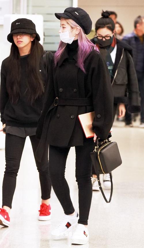 Chae Young và Da Hyun (tóc tím) hầm hố với cả cây đen khi về Hàn.
