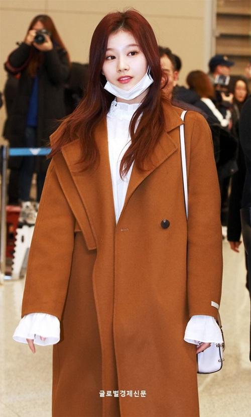Áo trench coat dài như của Sana là sự lựa chọn hàng đầu khi mùa vào đông.