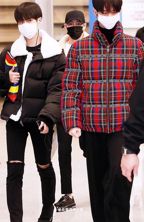 Ngay sau khi kết thúc lễ trao giải MAMA, Wanna One về Hàn. Giữa thời tiết âm độ, Bae Jin Young (áo đỏ đen) và Lee Dae Hwi chọn kiểu áo dầy như tấm chăn. Hai anh chàng có tiếng gầy gò nay bất ngờ tròn trịa.