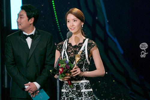 Vừa làm MC, Yoon Ah vừa nhận giải Nữ diễn viên được yêu thích ở sự kiện. Thành viên SNSD bắt đầu xây dựng hình gợi cảm, trưởng thành hơn với mẫu váy ren.