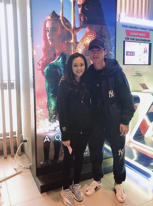 Duy Mạnh lập tức cùng bạn gái Quỳnh Anh đi xem phim sau khi giải đấu kết thúc. Hình ảnh tình tứ, đẹp đôi của cả hai khiến nhiều người ghen tỵ.