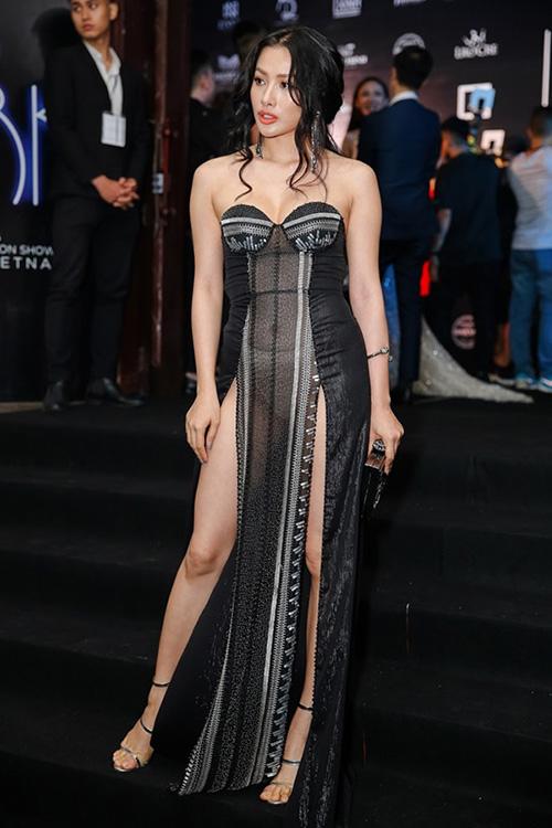 Yaya Trương Nhi ít khi lên thảm đỏ, nhưng đã xuất hiện là gây tranh cãi vì những bộ cánh hở hang chẳng giống ai. Thiết kế cô nàng đang diện không chỉ hở trên xẻ dưới mà còn có chất liệu mỏng manh, lộ cả nội y phía trong rất phản cảm.