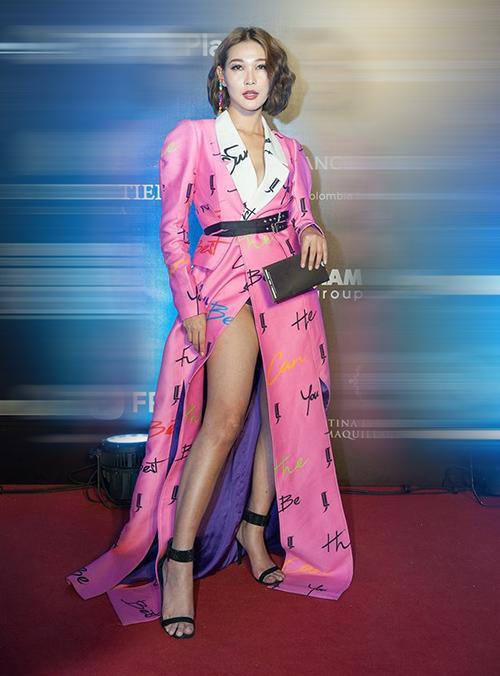 Mang tiếng fashionista nhưng Diệp Linh Châu lại thường xuyên lọt vào bảng xếp hạng mặc xấu. Bộ cánh hồng sến rện của người đẹp càng bị chê khi cô cố tình vén cao váy để lộ nội y lấp ló.