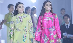 Kỳ Duyên - Minh Tú 'chị chị em em' diễn thời trang