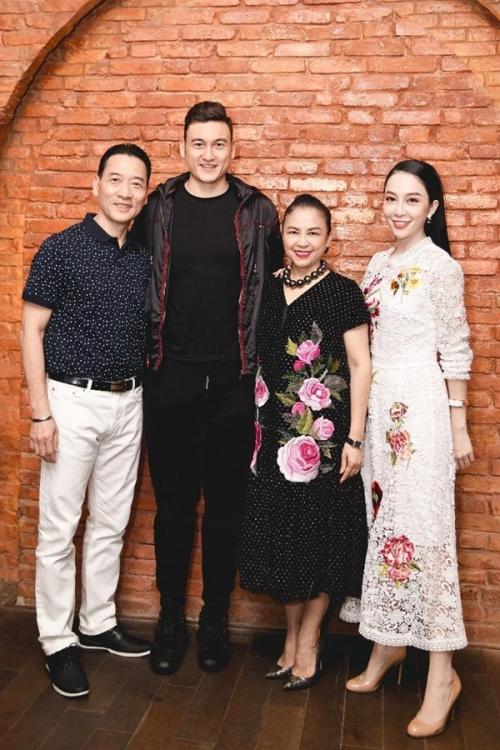 Thủ môn Đặng Văn Lâm cũng có những phút giây quây quần bên gia đình, trong đó có cả chị họ - nghệ sĩ múa Linh Nga.