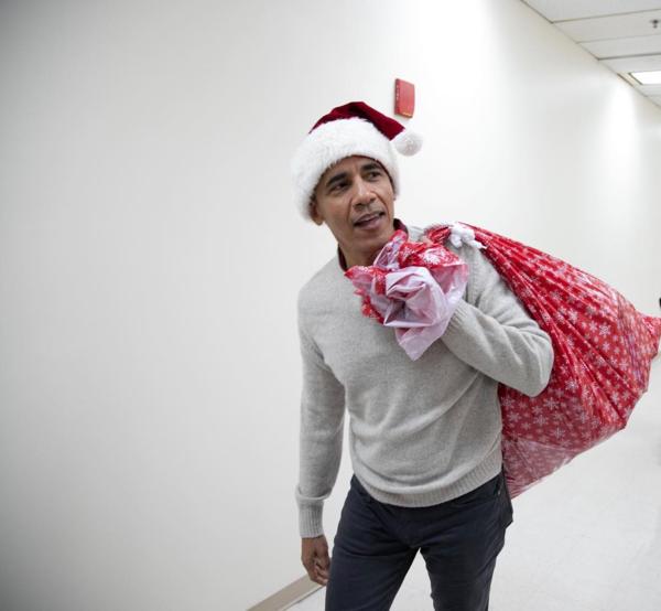 Cựu Tổng thống Obama đội chiếc mũ của ông già Noel đến thăm viện nhi.