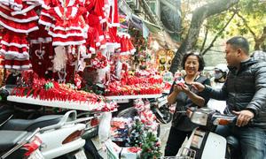 Người Hà Nội xúng xính pose hình trong không gian Giáng sinh trên phố