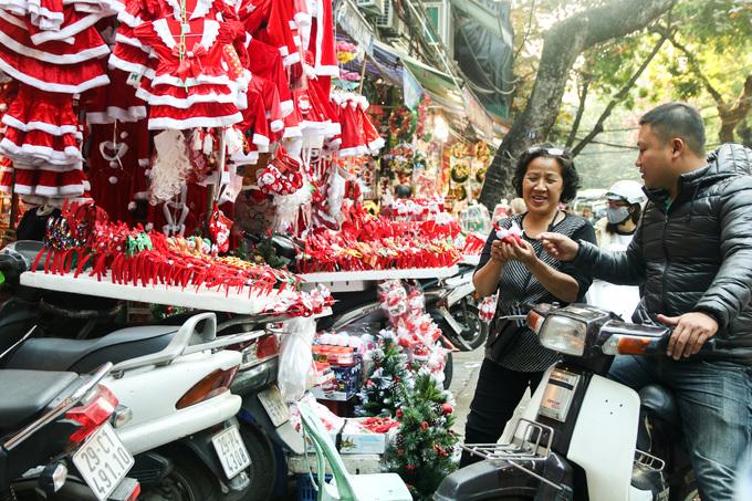 """<p> Cô Ngân (54 tuổi ở Hàng Mã) chia sẻ: """"Trang phục công chúa tuyết hay ông già Noel luôn được ưa chuộng nhất. Trẻ con rất thích mặc nên năm nào cô cũng đắt hàng"""".</p>"""