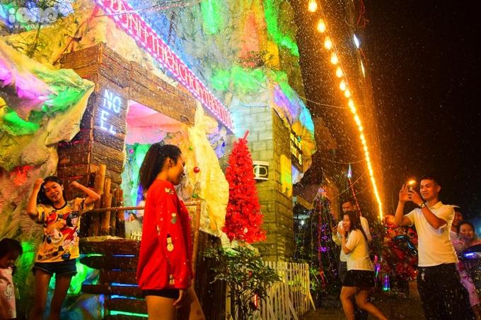 <p> Cả người lớn và trẻ em đều thích thú với khung cảnh tuyết rơi giữa thời tiết khá nóng ở Sài Gòn.</p>