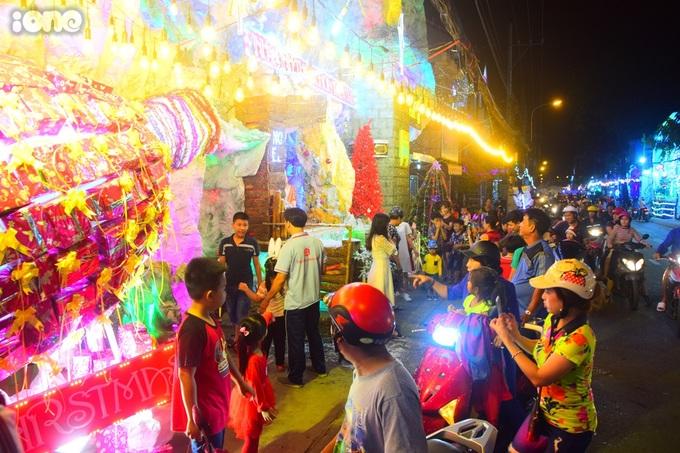 """<p> """"Phố hang đá"""" từ lâu đã là điểm đến của người dân Sài Gòn khi mùa Noel về. Càng gần đến Đại lễ Giáng sinh, lượng người đổ về đây ngắm cảnh, chụp hình ngày càng đông. Phố kẹt người trong những ngày sát Giáng sinh.</p>"""