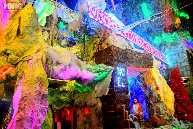 """<p> Những hang đá nhân tạo nhiều màu sắc với ánh đèn được dựng nên thu hút bạn trẻ chụp ảnh """"sống ảo"""" trong mùa Giáng sinh.</p>"""